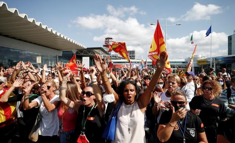 alitalia workers fiumicino protest
